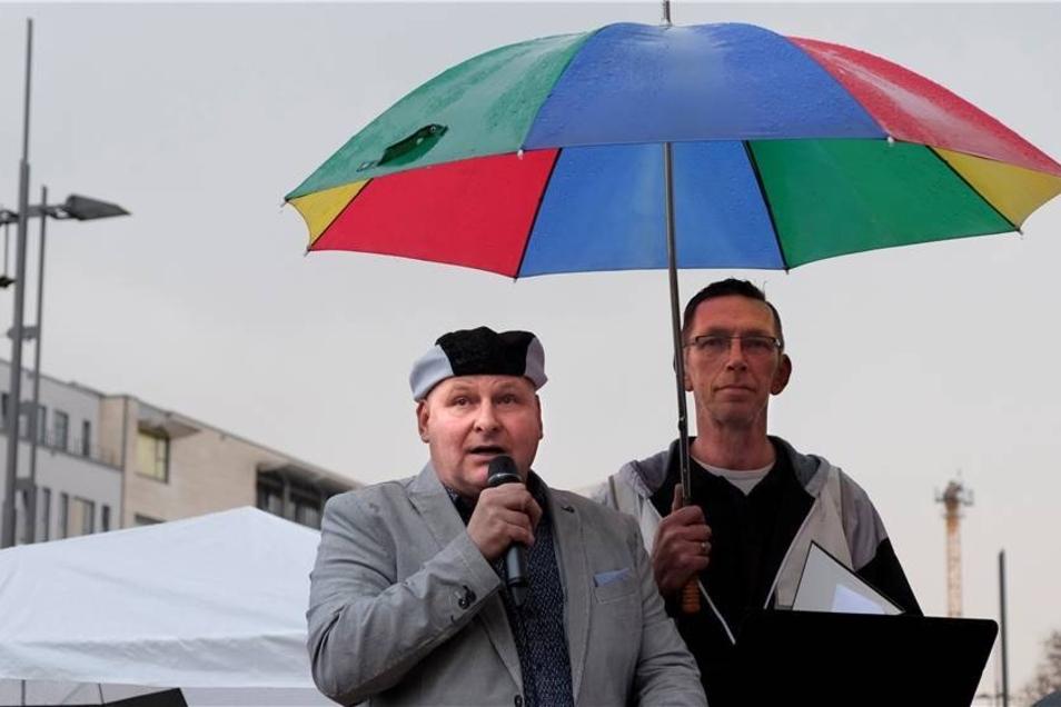 René Jahn hielt den Rednern den Schirm, so auch DJ Happy Vibes.