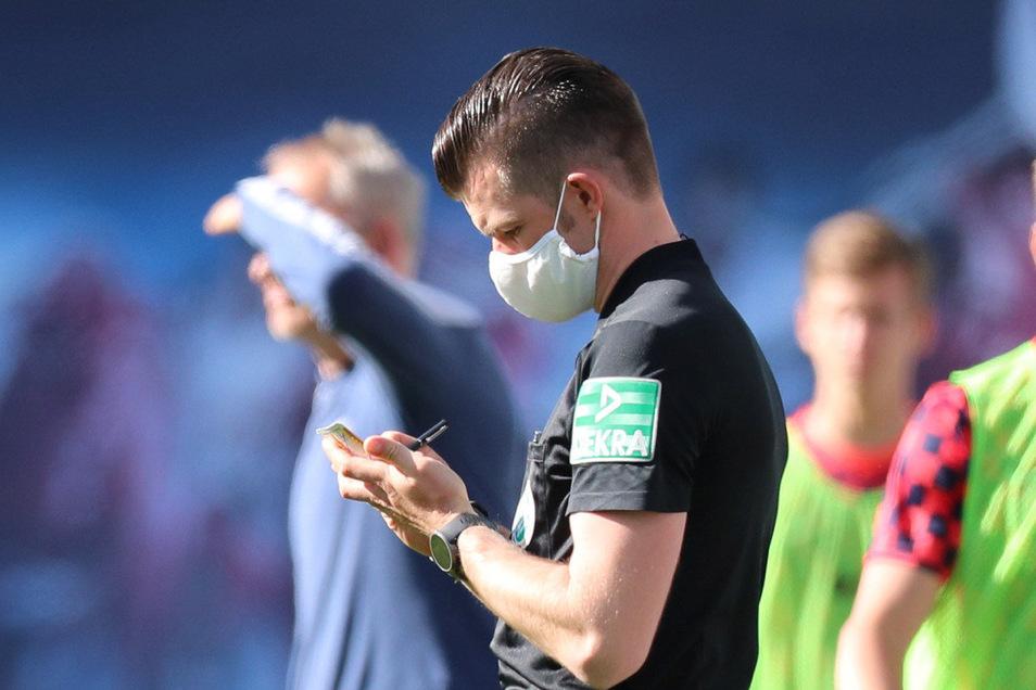 Am ersten Spieltag nach der Coronapause war Alexander Sather als vierter Offizieller bei der Partie zwischen RB Leipzig und dem SC Freiburg dabei. In normalen Zeiten ausgeschlossen, schließlich ist der 33-Jährige unweit der Messestadt zu Hause - in Grimma