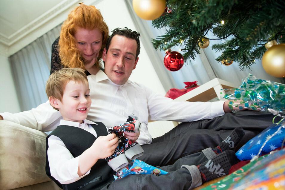 Bescherung im kleinen Kreis: So wird es dieses Jahr wohl bei den meisten Familien aussehen.