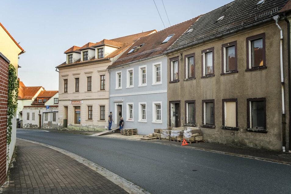 Das denkmalgeschützte Gebäude Großenhainer Straße (graue Fassade) wirkt äußerlich intakt. Das zweite Haus liegt hinter dem Gebäude und ist nicht im Bild.