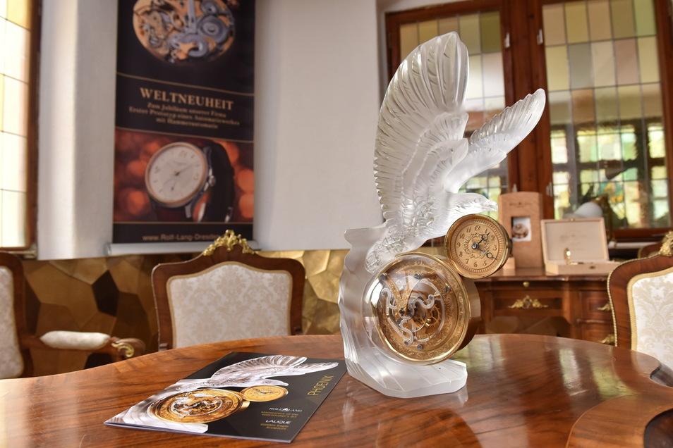 Eines der Kunstwerke von Rolf Lang: Die Phoenix-Uhr mit Lalique Kristall.