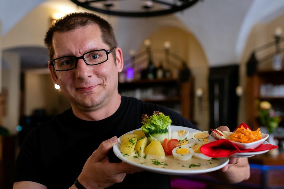 Das geht immer: Oberlausitzer Senfeier mit Petersilienkartoffeln und Rohkostsalat serviert von Sven Müller im Alten Bierhof.