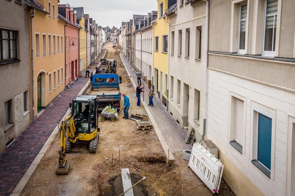 Mit dem Gehwegbau ist die Firma STI Bau aus Ziegra in der Annenstraße in Hartha schon ein gutes Stück vorangekommen.