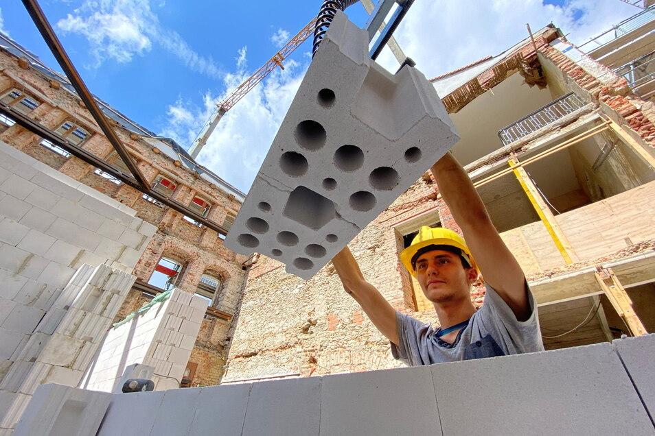 Nach schwierigen Abrissarbeiten im Eckgebäude des Pulsnitzer Rathauses läuft jetzt innerhalb der historischen Außenmauern der Neubau. Fabian Wittenburg von der Firma Zimmermann aus Glashütte setzt eine Wand im Erdgeschoss.