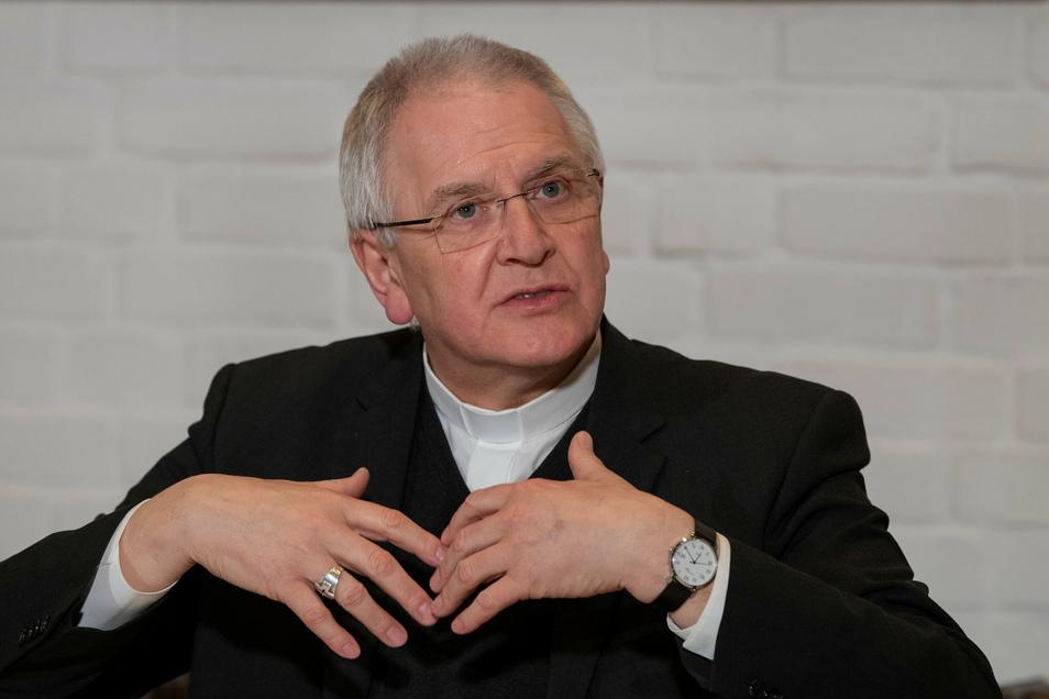 Der Bischof von Dresden-Meißen Heinrich Timmerevers räumt Fehler im Umgang mit schwerstem Kindesmissbrauch ein. Er sagt: Absolute Priorität habe nun, dass es nicht mehr um den Schutz der Institution gehe, sondern dass die Perspektive der Betroffenen e