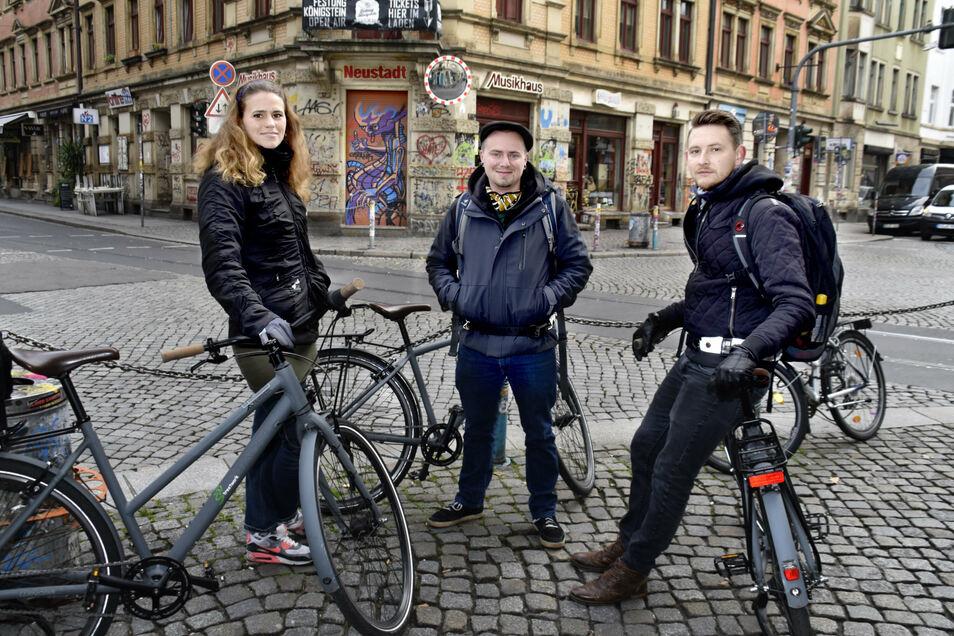 """Streetworker am """"Assi-Eck"""" in der Neustadt: Heidi Hemmann, Arian Speer und Alexandru Palcu mit ihren Dienstfahrrädern."""