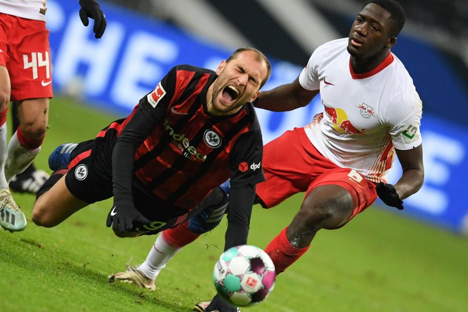 Leipzigs Ibrahima Konate weiß sich gegen Frankfurts Bas Dost nur mit einem Foul zu helfen. Die Sachsen kamen gegen die Hessen nicht über ein 1:1 hinaus.