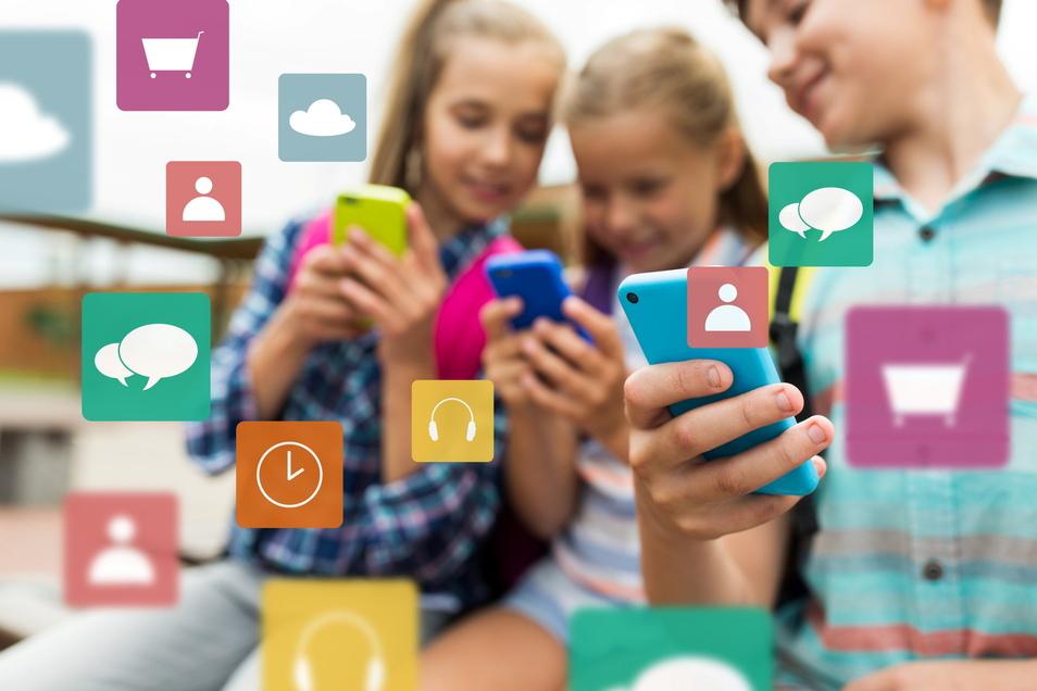 Was wären Kinder ohne ihre Smartphones? Im Unterricht sind sie meist nicht erwünscht, es sei denn, sie sollen für Recherchen genutzt werden.