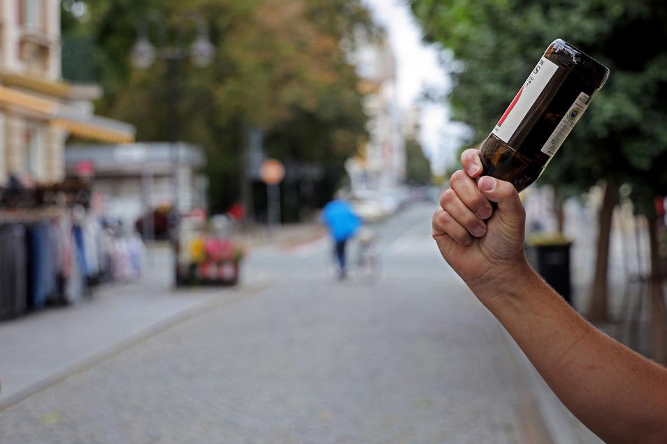 Auf der Riesaer Hauptstraße, dicht am Puschkinplatz, wird ein Jugendlicher erst mit einer Bierflasche zu Boden geschlagen und dann zusammengetreten. Nun ist der Vorfall vor Gericht.