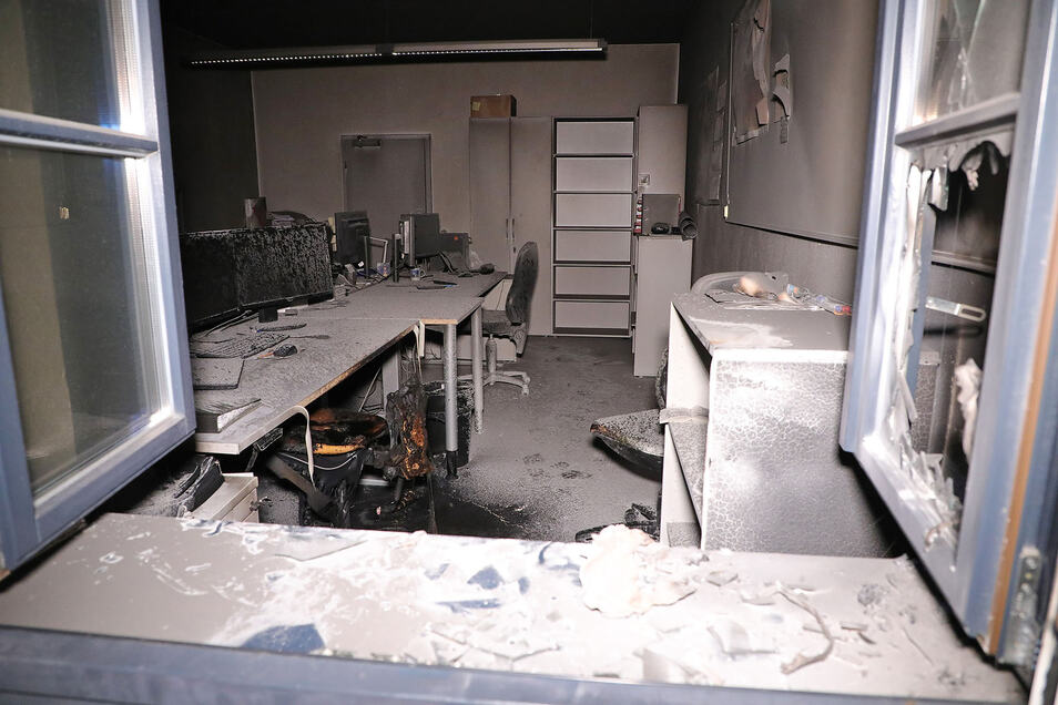 Auch diese Büroräume auf dem Gewerbeparkgelände haben in der Nacht von Donnerstag auf Freitag gebrannt. Vermutlich schlugen Unbekannte das Fenster ein, um in die Räume zu gelangen.
