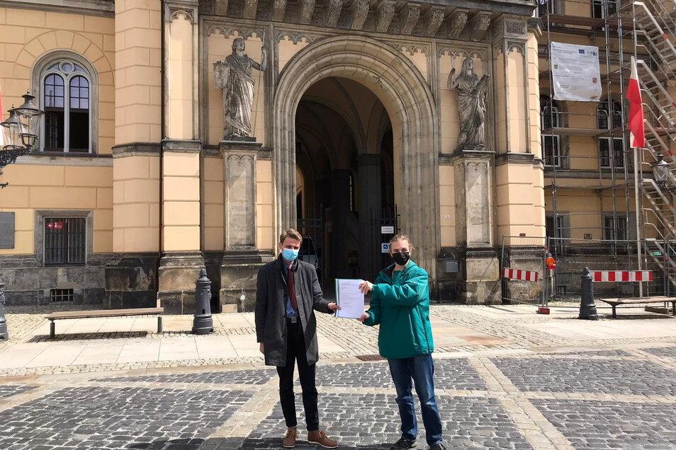 """Jay-Cee Watzke (links), Vertrauensperson, und Alexander Hilse, Gründer der Initiative """"Jugendstadtrat"""", bevor sie das Bürgerbegehren im Rathaus angezeigt haben."""