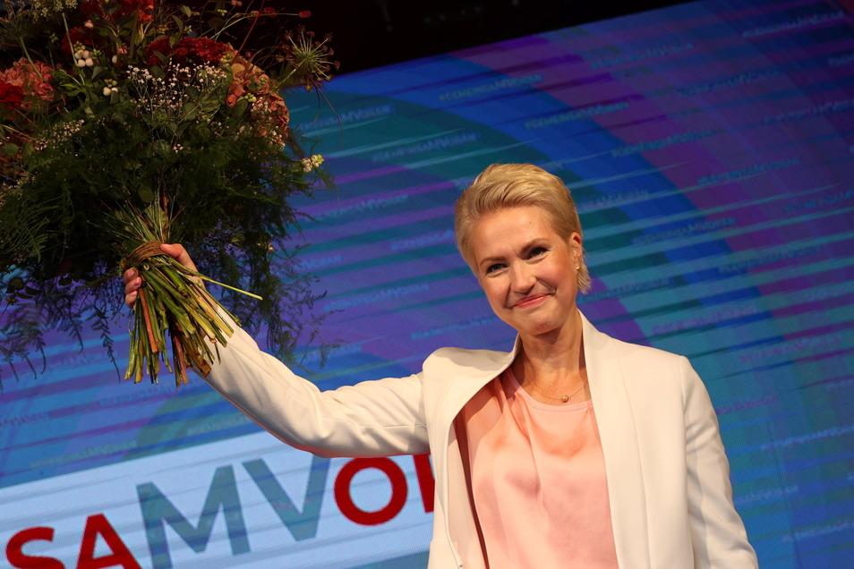 Manuela Schwesig (SPD), Ministerpräsidentin von Mecklenburg-Vorpommern und Spitzenkandidatin der SPD für die Landtagswahlen in Mecklenburg-Vorpommern, jubelt bei der Wahlparty der SPD im Brinkamas.