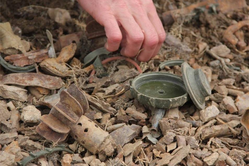 Innerhalb von nur zwei Stunden finden die Männer drei Minen aus vergangenen Kriegen.