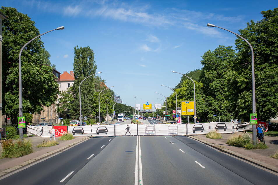 Mit einem, Banner hat der ADFC am Dienstag gezeigt, wie breit die Nürnberger Straße werden soll. Bei der Aktion mussten Autos gestoppt werden.