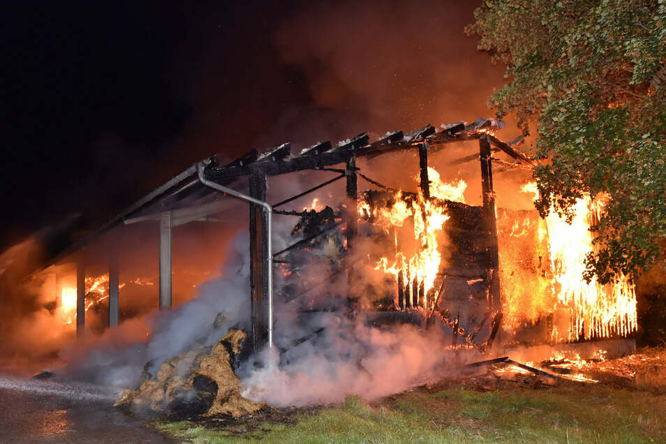 In der Nacht zum 29. August stand das Strohlager bei Bärenstein lichterloh in Flammen.