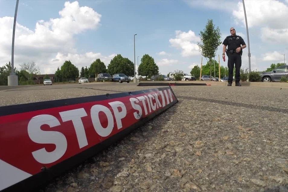 """So sehen die """"Stop Sticks"""" aus, mit denen die Weiterfahrt verhindert werden soll."""