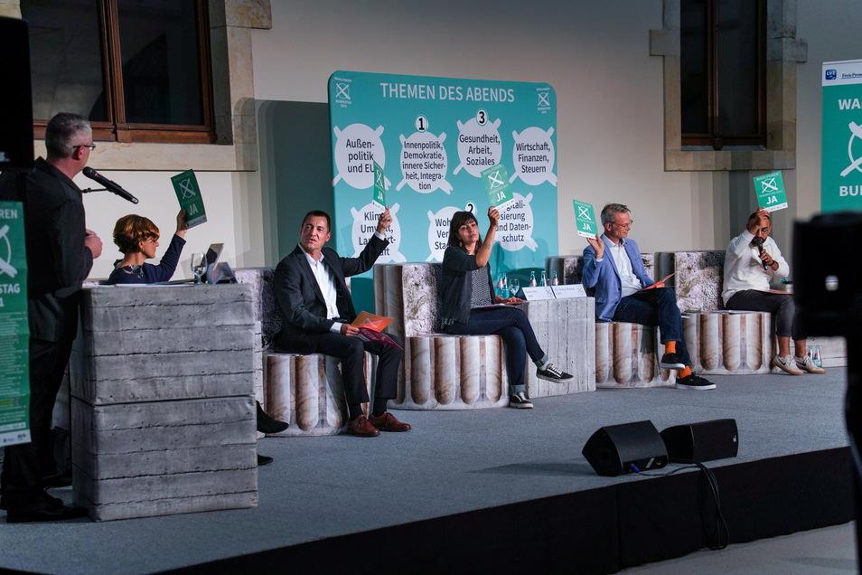 Podium im Albertinum. Sitzend: Katja Kipping (Linke), Torsten Herbst (FDP), Rasha Nasr, (SPD), Markus Reichel (CDU) und Kassem Taher Saleh (Grüne). AfD-Kandidat Jens Maier nahm nicht teil. Er hatte sich den 3G-Bestimmungen zu Coronasicherheit verweigert