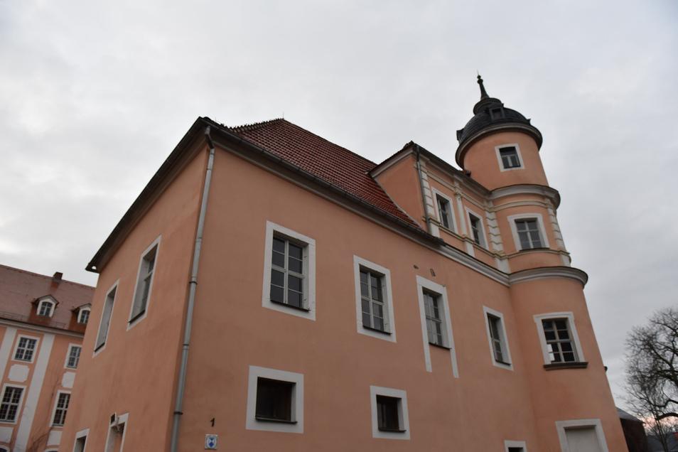 Ganz oben im Ostturm von Schloss Reichstädt wird ein Nistkasten für Turmfalken angebracht.