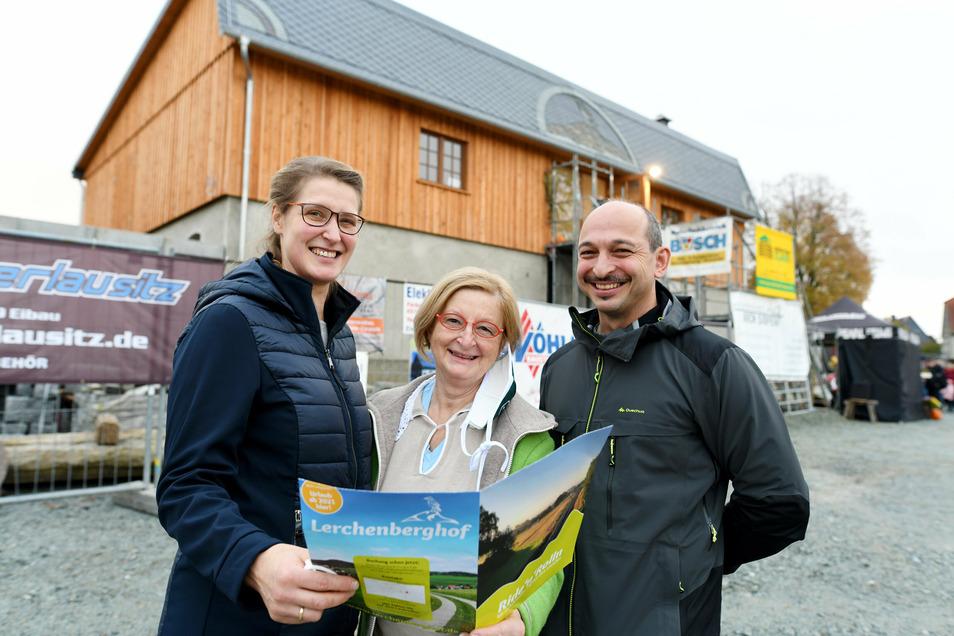 Der erste Bauabschnitt am Lerchenberghof ist geschafft. Darüber freuen sich die Bauherren Kerstin und Peer Lehmann sowie Sigrid Hansen (Mitte).