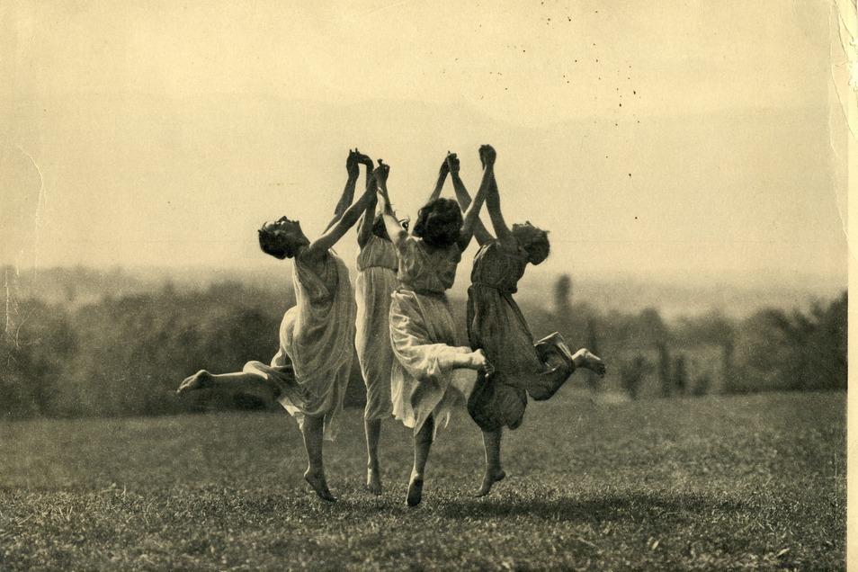 Schwedische Gymnastik im Luftbad im Frühjahr 1913. Mit freundlicher Genehmigung des Deutschen Werkbund Sachsen e.V. (Fotograf unbekannt).