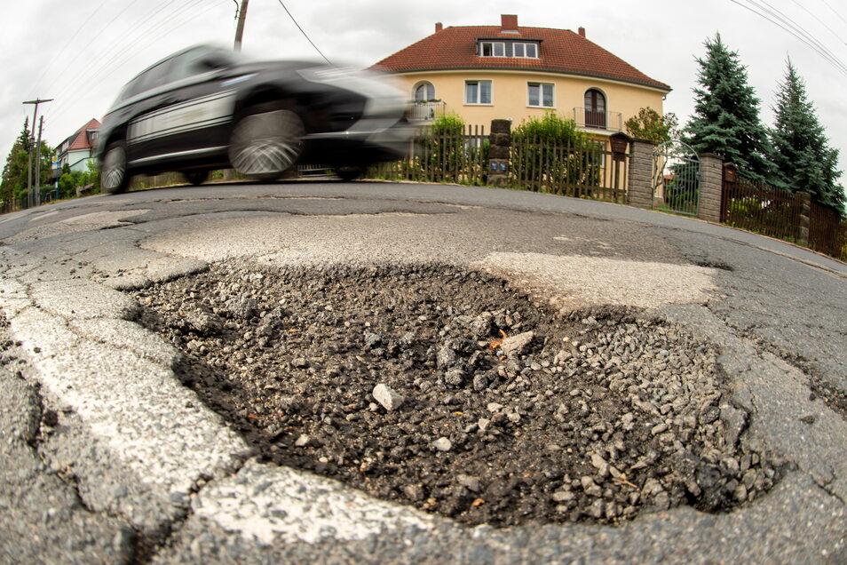 Dass in diesem Abschnitt der Köhlerstraße was getan werden muss, ist offensichtlich. Nicht nur mit diesem Schlagloch müssen die Kraftfahrer klarkommen.
