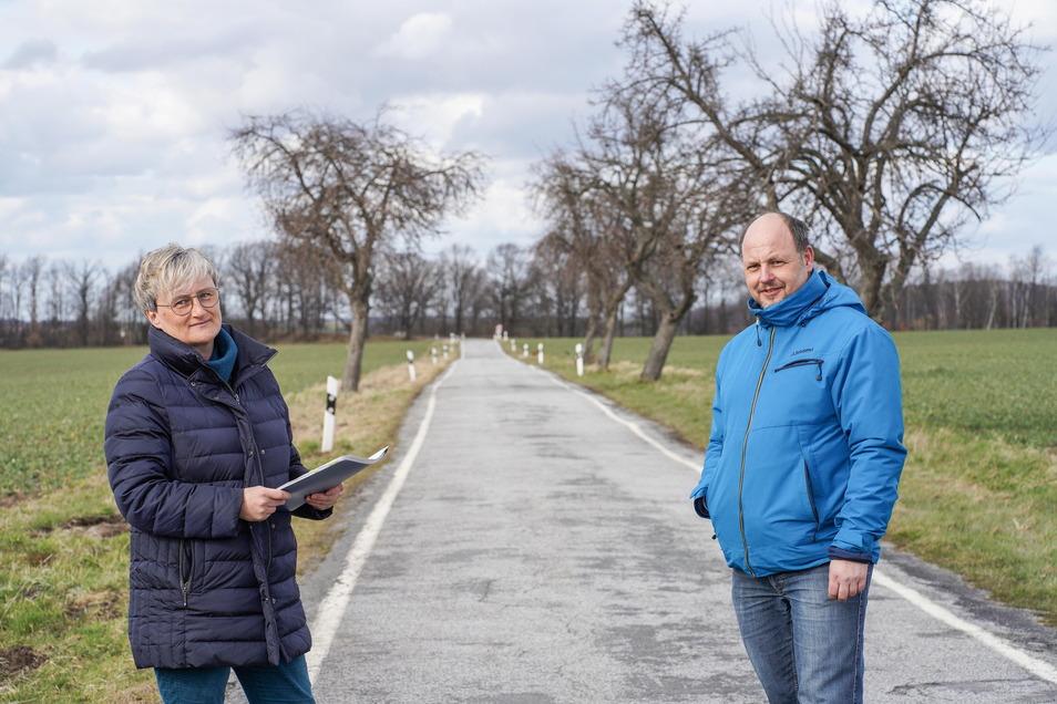 Im Gedenken an ihren verstorbenen Vater pflanzte Kerstin Mickan 50 Bäume an die Straße Zur Wasserburg in Drauschkowitz. Die mussten umgepflanzt werden. Verständnis haben weder sie noch Bürgermeister Alexander Fischer.