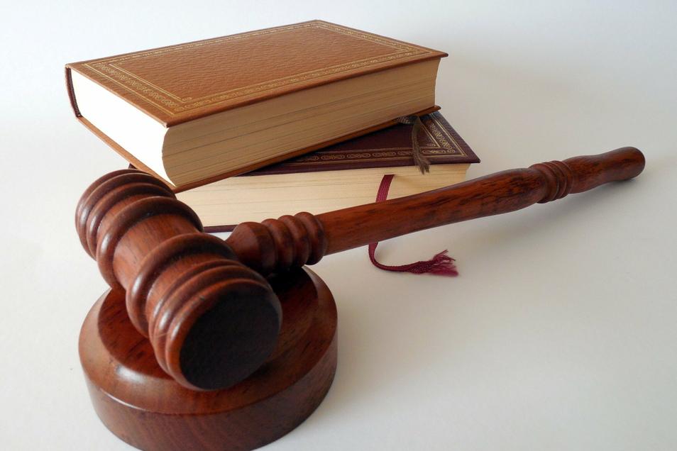 Eine Erzieherin muss sich gleich wegen mehrerer Delikte vor Gericht verantworten.