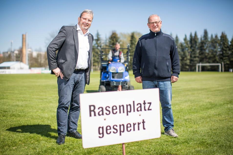 Brauereichef Axel Frech und der Präsident des RSV, Knut Mulansky (re.), auf dem gesperrten Rasen. Er darf wegen der Pflegearbeiten nicht betreten werden. Aber auch die Corona-Beschränkungen machen Spiele derzeit unmöglich. Die Brauerei unterstützt den