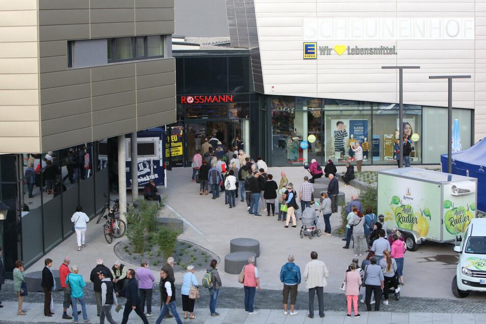 Scheunenhofcenter Pirna: Kurz vor der Eröffnung bildet sich eine lange Schlange.