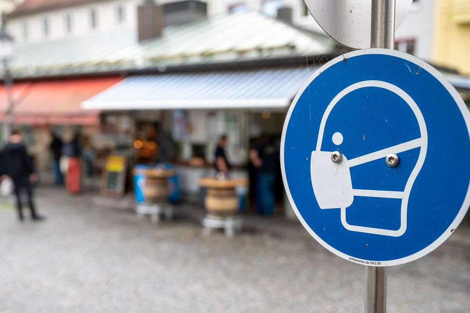 Ein Schild fordert am Viktualienmarkt in der Münchener Innenstadt zum Tragen einer Mund und Nasen Bedeckung auf. Ab dem 24.09.2020 muss auf größeren Plätzen und Fußgängerzonen der Stadt eine Maske getragen werden.