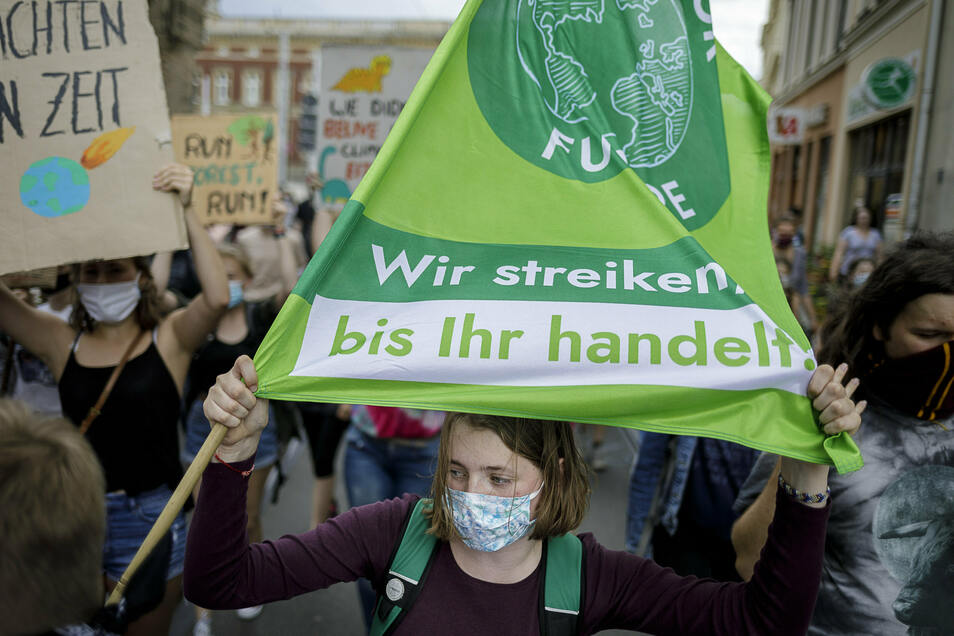 Bei einer Klimaschutz-Demonstration von Fridays for future zeigten die Teilnehmer am Freitag in Görlitz mit Bannern und Plakaten, wofür sie sich einsetzen.