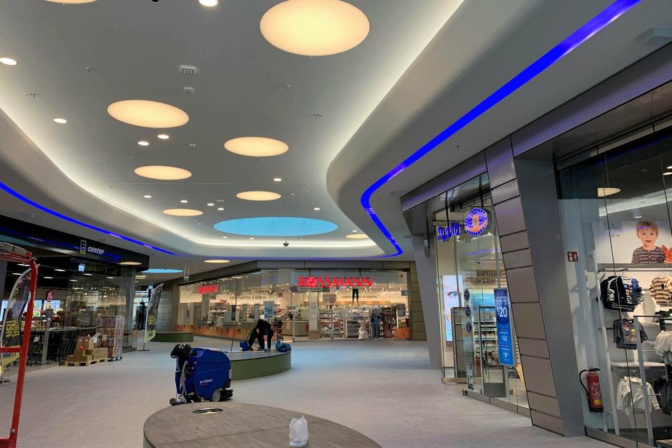 Scheunenhofcenter Pirna: Blick in die überdachte Einkaufspassage mit mehreren Geschäften.