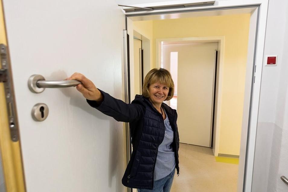 Kita-Leiterin Ilona Kochel zeigt die hohen Türklinken.