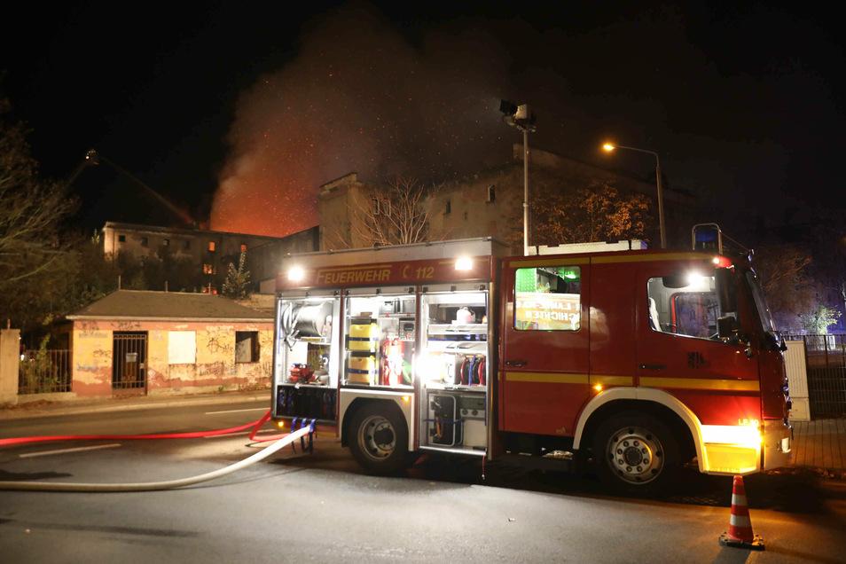 Seit Donnerstagmorgen ist die Feuerwehr in der ehemaligen Malzfabrik an der Straße des 17. Juni in Dresden im Einsatz.