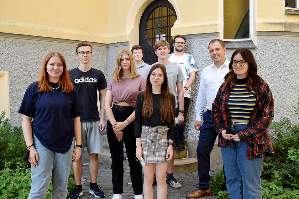 Der Jugendstadtrat besteht in dieser Legislaturperiode aus acht Mitgliedern, die eine weiterführende Schule im Stadtgebiet besuchen. Hier sind sie am Hintereingang des Neuen Rathauses postiert. Bürgermeister Mirko Pink (2.v.r.) war Gastgeber.