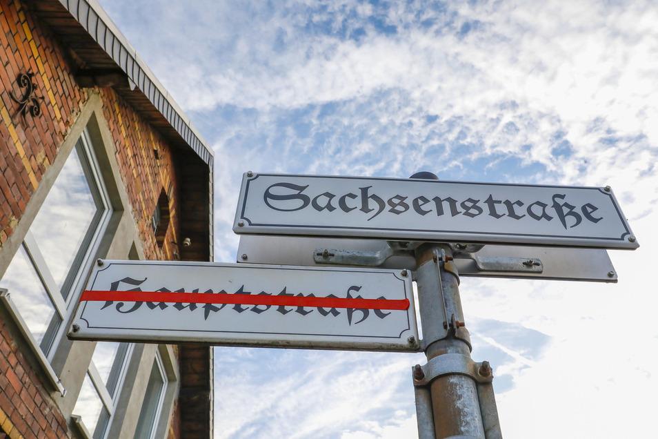 Die Leutersdorfer Hauptstraße heißt jetzt Sachsenstraße. Die alten Schilder bleiben noch eine Weile, sind aber durchgestrichen.
