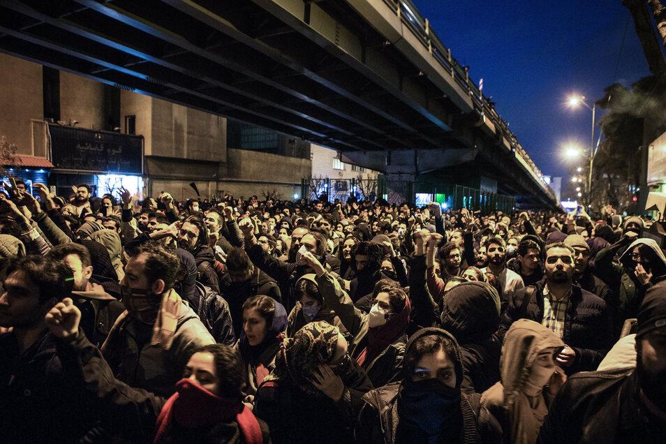 In mehreren Teilen der iranischen Hauptstadt Teheran soll es Medienberichten zufolge Proteste wegen des Abschusses der ukrainischen Passagiermaschine durch das iranische Militär gegeben haben.
