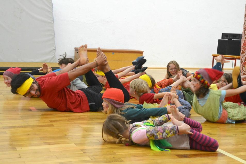 Zirkuspädagoge Miroslav Mütze studierte mit den Kindern ein Programm ein.