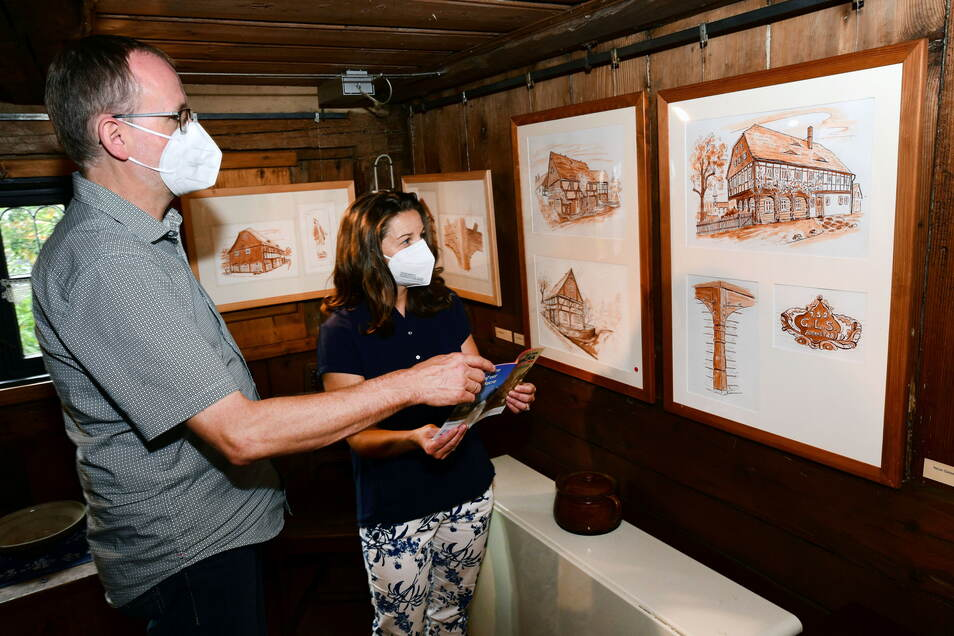 Im Dittelsdorfer Dorfmuseum führte am Sonntag Wieland Menzel durch die aktuelle Ausstellung. Es sind Zeichnungen von Umgebindehäusern des Görlitzer Künstlers Horst Pinkau zu sehen.