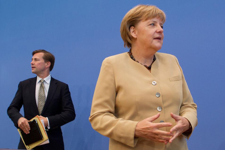 Bundeskanzlerin Angela Merkel (CDU) kommt in Begleitung ihres Regierungssprechers Steffen Seibert (l) in die Bundespressekonferenz.