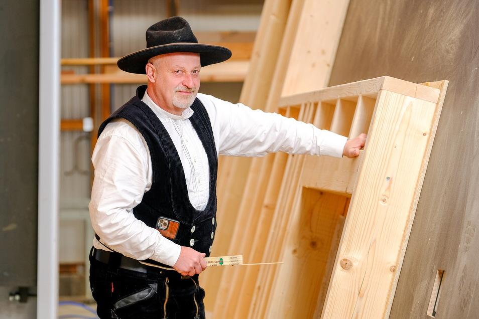 Der Holzbaubetrieb von Ralf Lepski hat noch für zwei Monate Material, dann wird's eng. Der Handwerksmeister fordert vom Freistaat als hierzulande größtem Waldbesitzer eine Strategie.