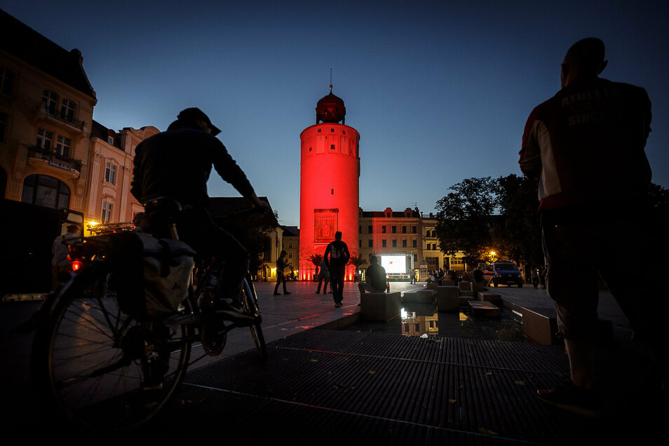 Der Dicke Turm wurde rot angestrahlt.