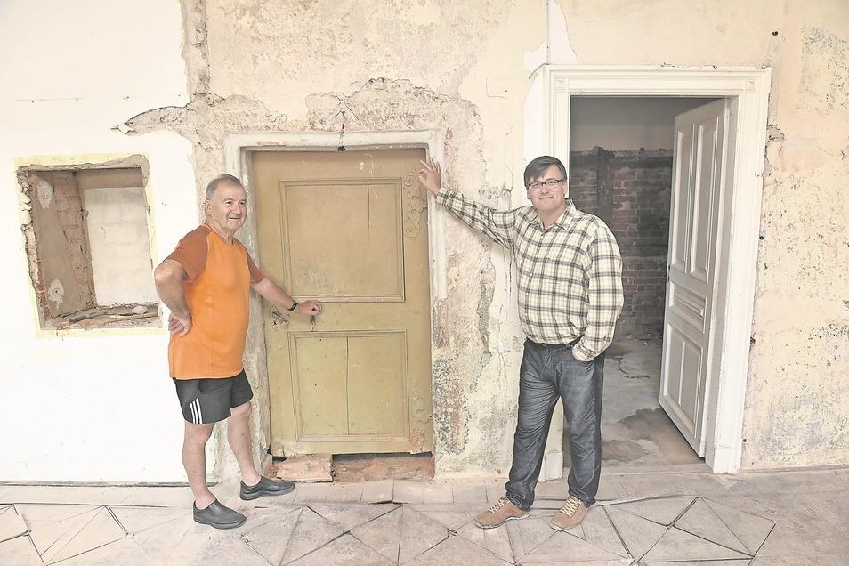 Ein seltener Fund in Schloss Naundorf. Helfer Raimund Kunze (li.) und Schlossherr Konstantin Herrmann fanden bei Abbrucharbeiten diese alte Tür mit gotischer Verzierung.