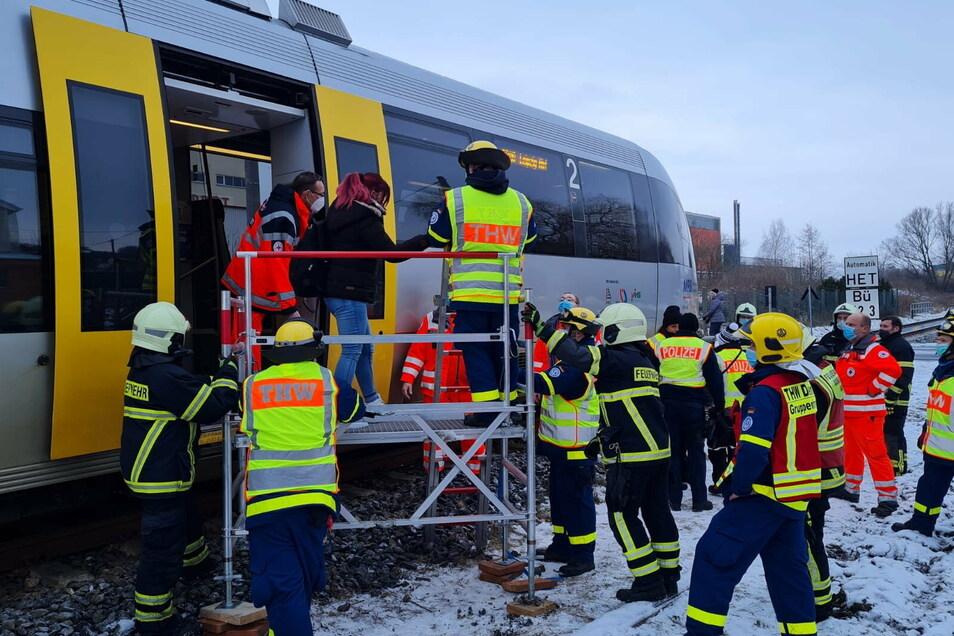 Die RB 110 hat auf dem Weg nach Leipzig am Bahnübergang an der Siedlerstraße eine Person erfasst. Der Zugverkehr stand vier Stunden still. Die Fahrgäste der Bahn wurden evakuiert.