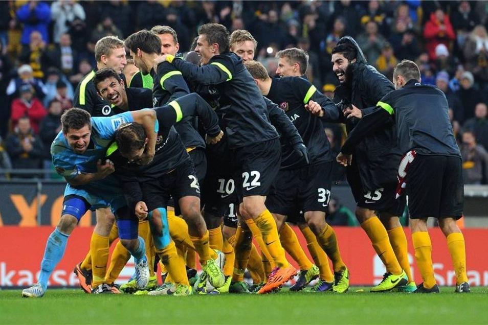 Nach dem Abpfiff: Dresdens Spieler jubeln nach dem Spiel über den Sieg.