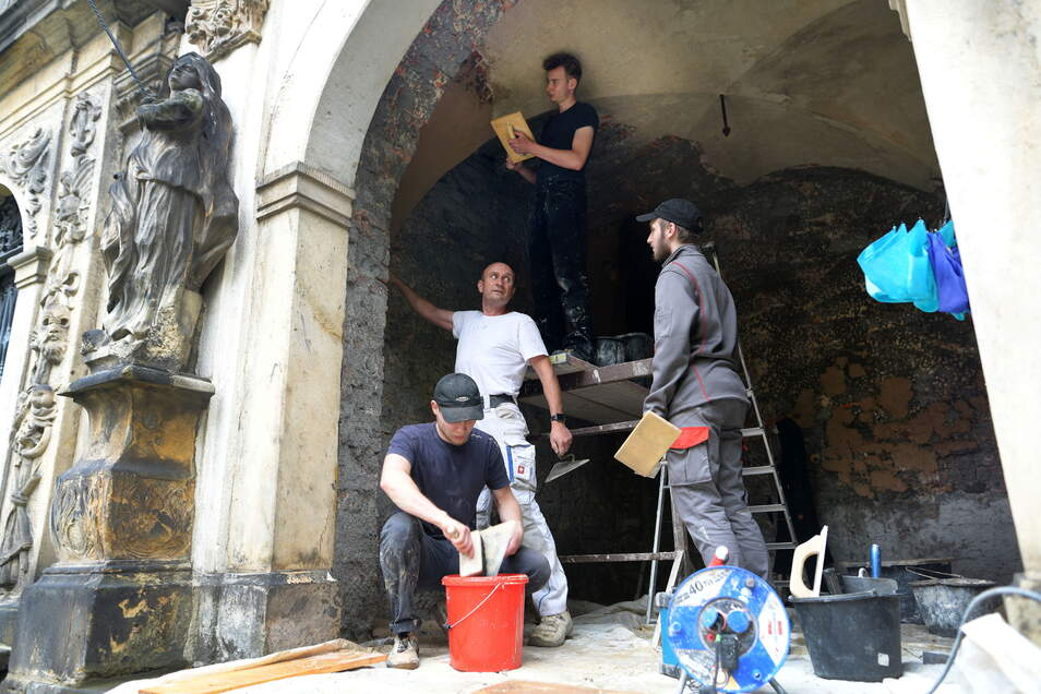 Die Jugendlichen verputzen unter der fachlichen Anleitung von Dirk Pohl die Wände und das Gewölbe der Nesen'schen Gruft.