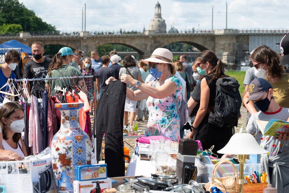 Bummeln, stöbern, handeln, kaufen - das ist endlich wieder an der Elbe in Dresden möglich. Diesen Sonnabend hat der Flohmarkt am Johannstädter Ufer wieder begonnen.