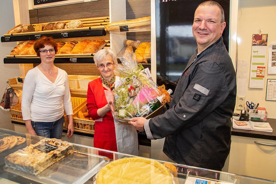 Mit einem Präsentkorb und herzlichen Worten wurde Angelika Knabe nach 45 Jahren hinter der Verkaufs-Theke der Bernsdorfer Bäckerei Ermer von Roland Ermer und dessen Ehefrau Birgit in den Ruhestand verabschiedet.