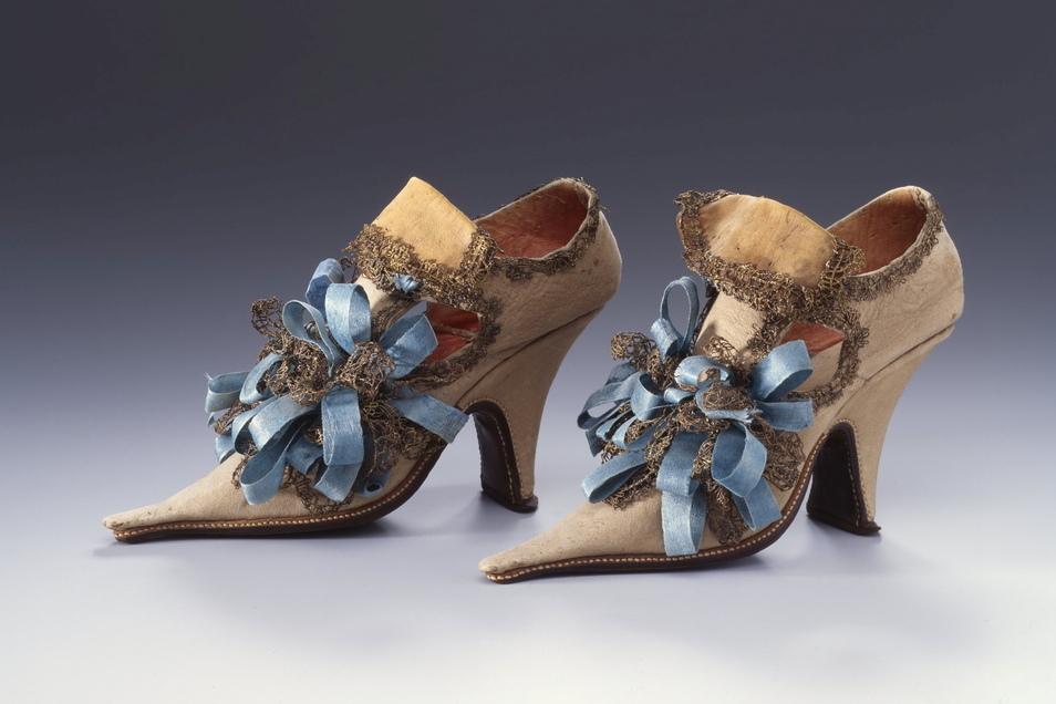 Was für herrliche Schleifen! Hellblaues Seidenband, geklöppelte Goldspitze auf Schafs- und Ziegenleder trug frau um 1700. D