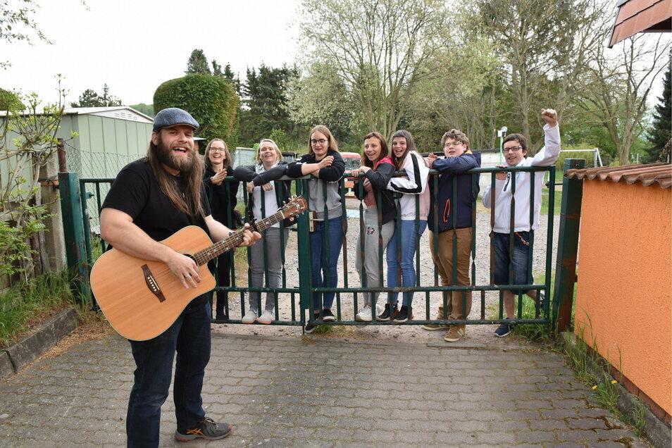 """Willi Papperitz alias Whysker spielte am Zaun des Kinderheims """"Burgwartsblick"""" in Freital für die jugendlichen Heimbewohner."""
